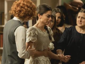 Vídeo: Elsa, rota de dolor en su primera prueba del vestido de novia