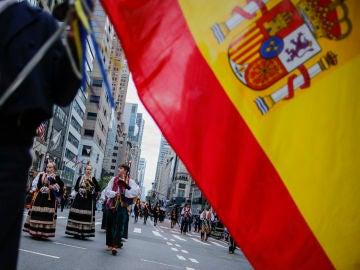 Miembros de una comparsa española participan en el Desfile de la Hispanidad, en Nueva York