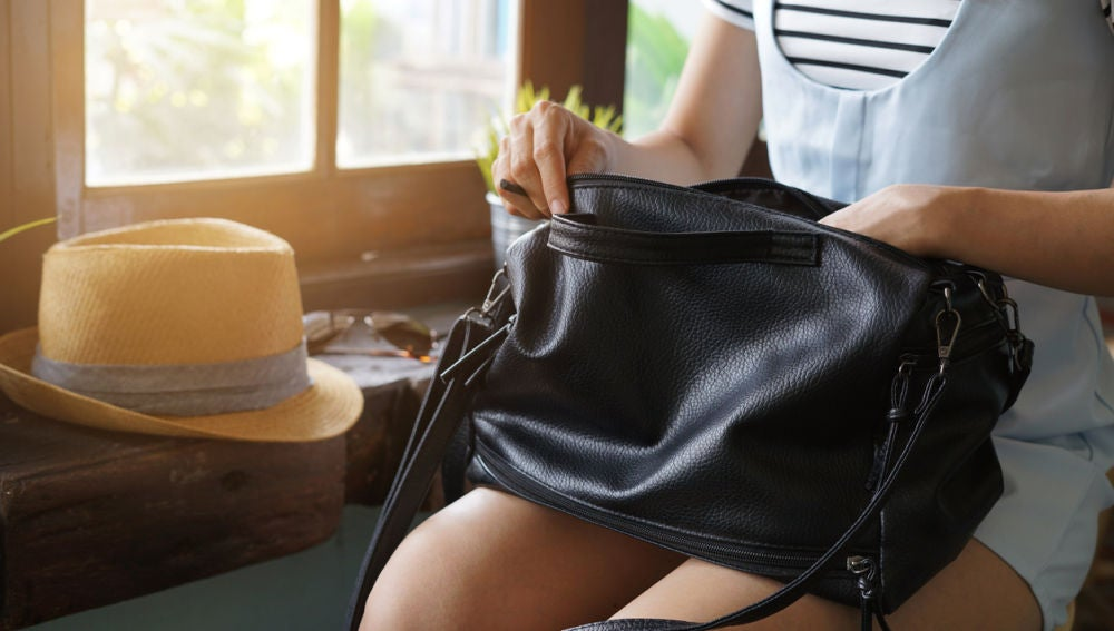 Mujer mirando en su bolso