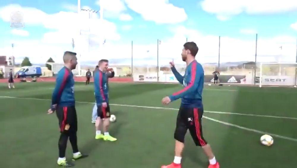 """Sergio Ramos demuestra su puntería en el entrenamiento de la Selección: """"¡Soy un p*** animal!"""""""