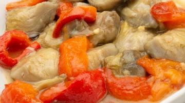 Alcachofas con pimientos en salsa