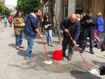 Miembros de Adelante Jerez limpiando la calle