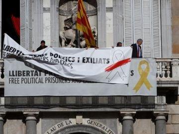 Torra cambia lazo amarillo en el edificio Palau Generalitat