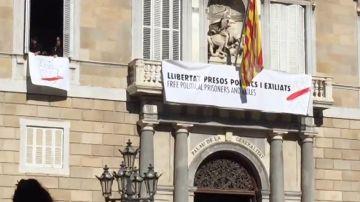 Un lazo blanco sustituye al amarillo en la pancarta de la Generalitat