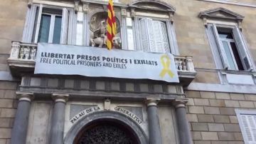 La fachada de la Generalitat amanece con la pancarta del lazo amarillo