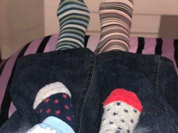 Un adulto y un bebé con calcetines desparejados por el Día Mundial del Síndrome de Down