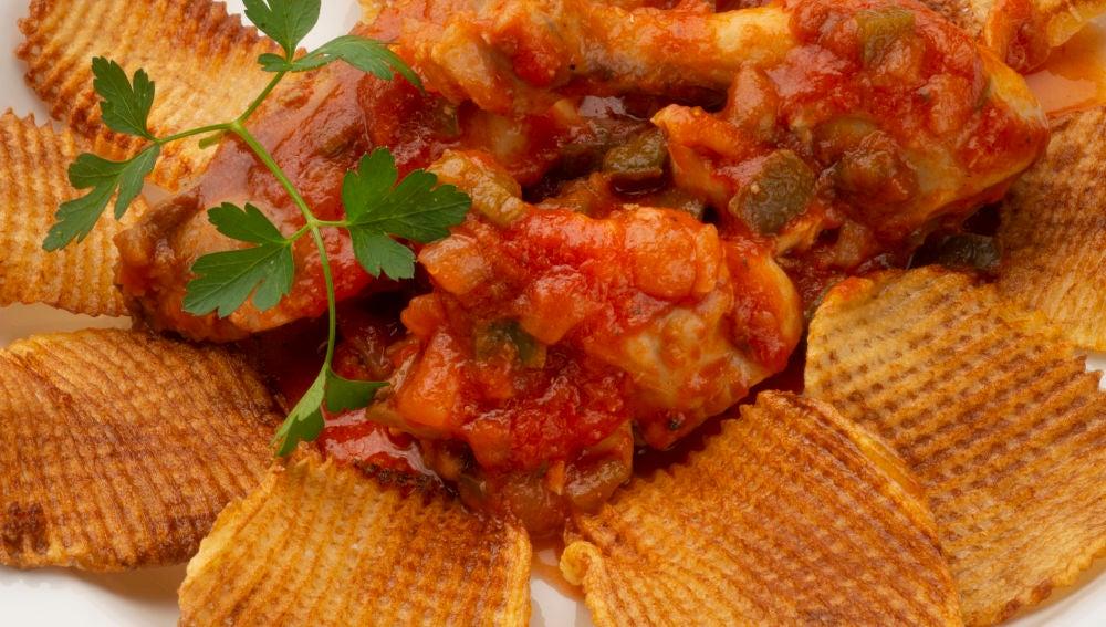 Pollo con tomate y patatas fritas