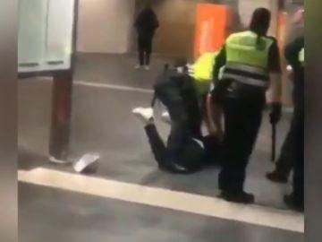 Brutal paliza de los vigilantes de seguridad a un hombre en el intercambiador de Plaza Catalunya