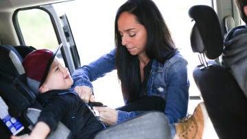 Madre sentando a niño en el coche