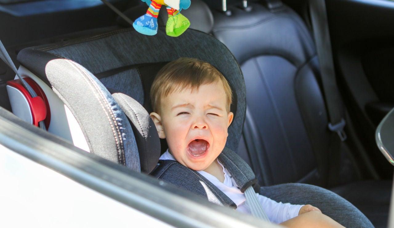 Niño llorando en el coche