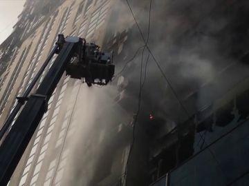 Un incendio en un rascacielos en Dacca deja al menos 19 muertos y 73 heridos