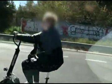 Pillan a una mujer circulando en patinete por una autovía de Valencia mientras usaba auriculares