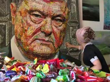 El curioso mosaico del presidente de Ucrania hecho con envoltorios y balas