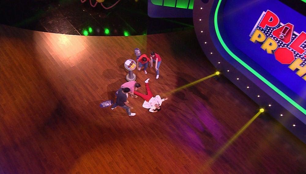 Silvia Abril rendida al escuchar la chirigota que le han dedicado los concursantes de 'Juego de juegos'