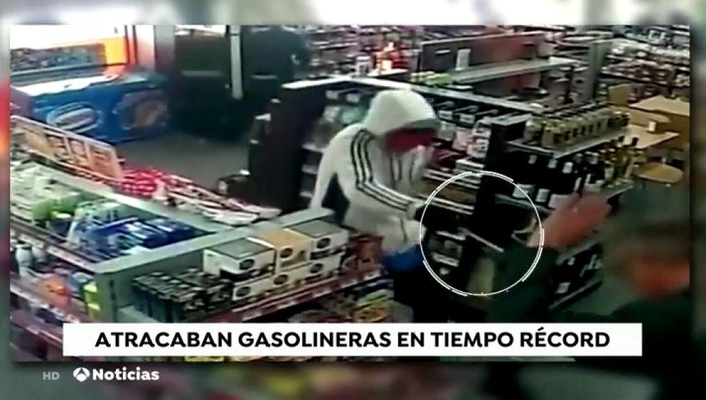 Atracan una gasolinera y se llevan además la cartera de un cliente y la recaudación de la máquina de tabaco en pocos segundos