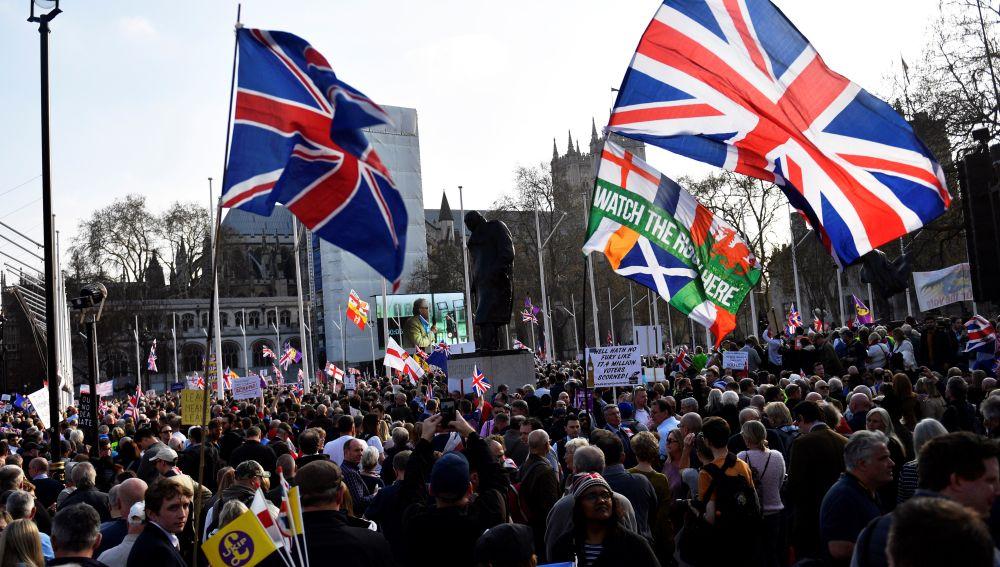 """Manifestantes pro """"brexit"""" participan en una protesta en el exterior del Parlamento en Londres"""