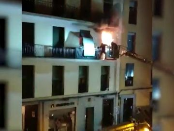 Rescatan a una persona y dos perros atrapados en un balcón por las llamas de un incendio en una vivienda de Madrid