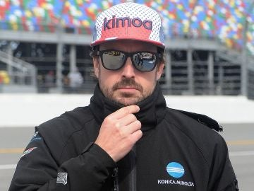 Fernando Alonso, con gesto serio