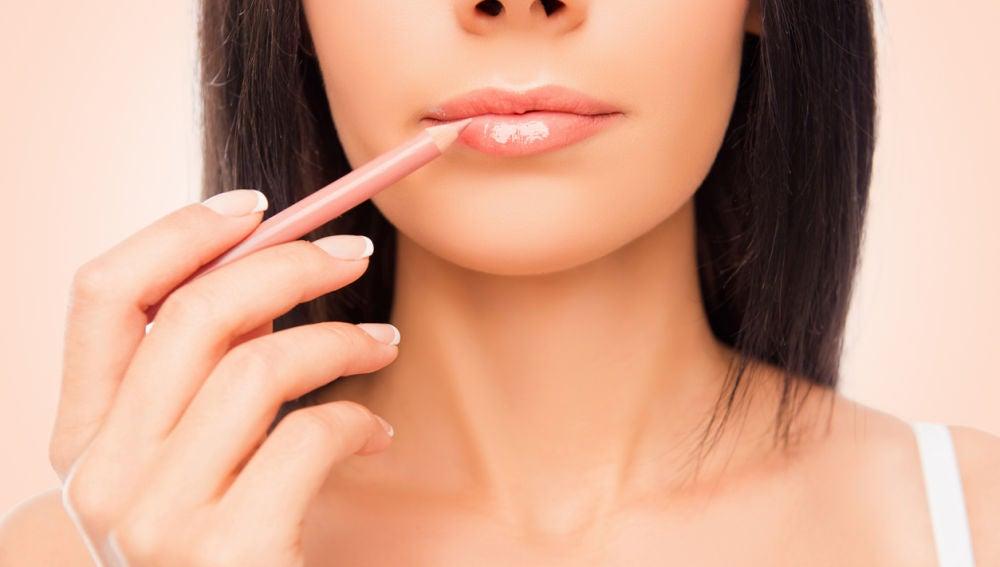 Una mujer se perfila los labios