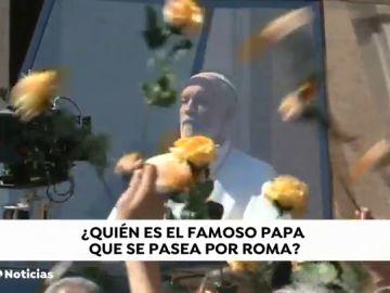 John Malkovich desfila frente al Vaticano como el 'nuevo Papa' en el rodaje de su nueva película