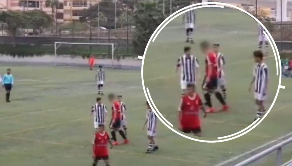 Un infantil da un cabezazo a un rival