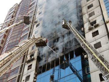 Incendio de un rascacielos en Bangladesh