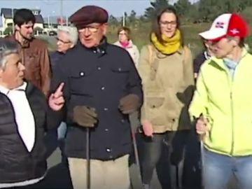 El médico de la localidad de Camelle, Fernando Cuadrado, caminando con sus pacientes