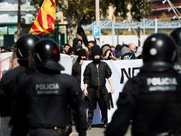 Los Mossos tratan de impedir el paso a los indenpendentistas