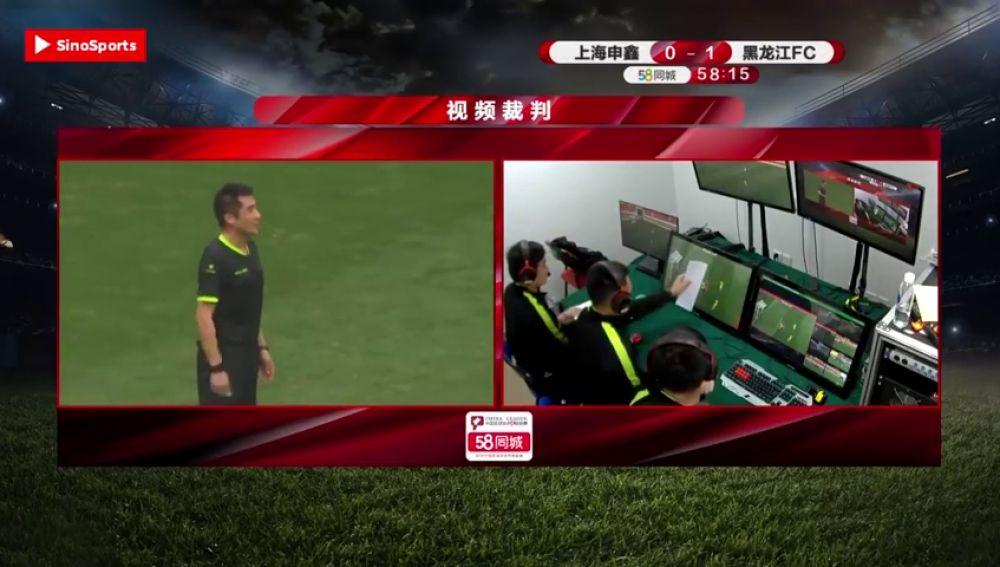 Polémica en el fútbol chino: usan un folio para decidir un fuera de juego en el VAR
