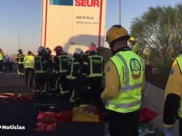 Muere un hombre de 35 años tras quedar un accidente en el que su coche ha quedado empotrado en un camión