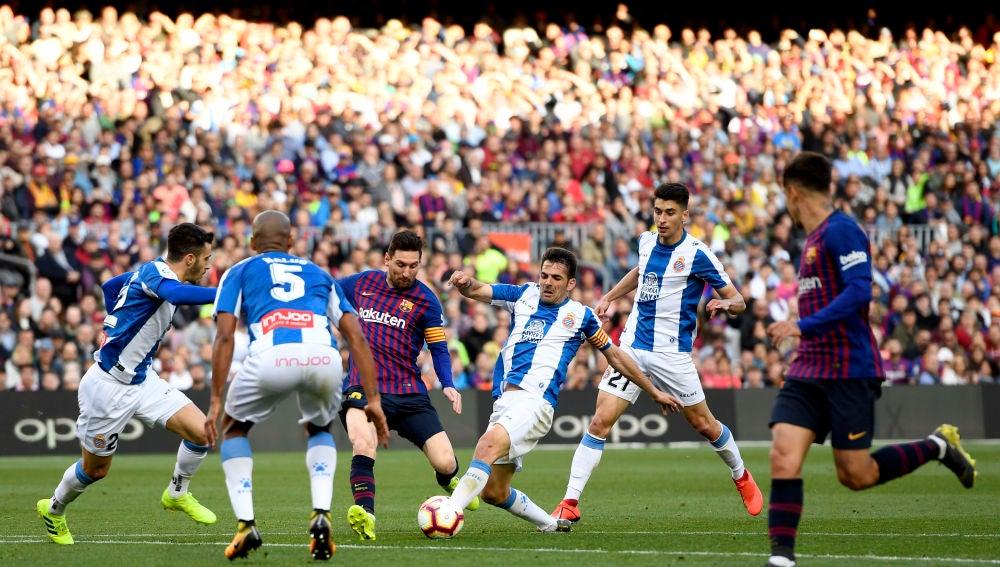 Momento del partido entre Barcelona y Espanyol