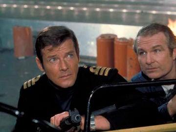 Shane Rimmer y Roger Moore en 'La espía que me amó'