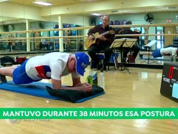 Un hombre de 71 años bate el récord Guinness de plancha abdominal