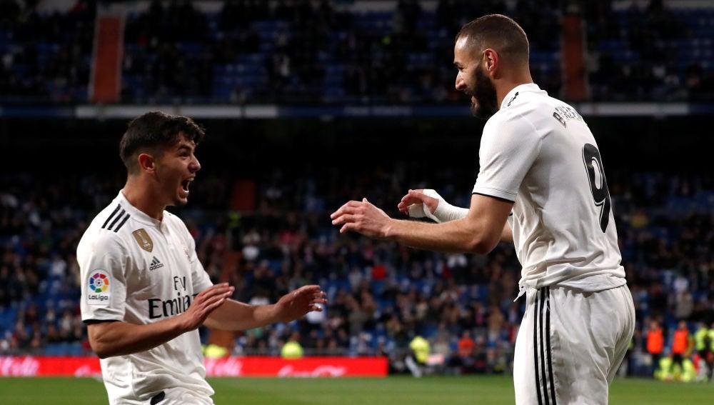 Brahim Díaz celebra con Benzema uno de sus goles contra el Huesca