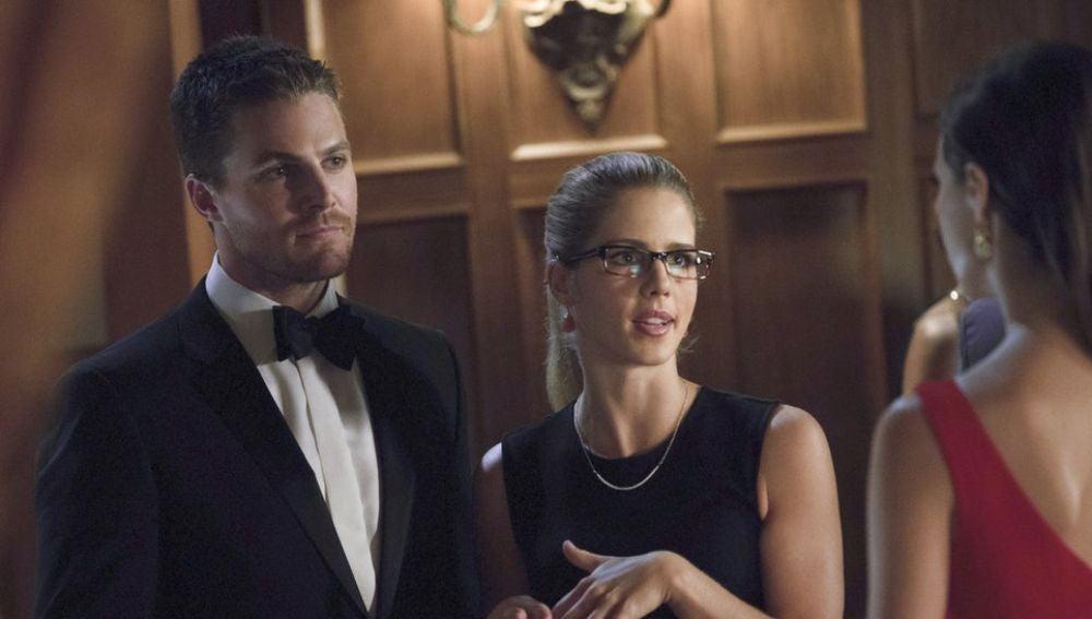 Emily Bett Rickards y Stephen Amell en 'Arrow
