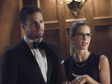 Emily Bett Rickards y Stephen Amell en 'Arrow