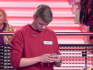 Alberto impresiona a Arturo Valls con el cubo de Rubik especial de '¡Ahora caigo!'