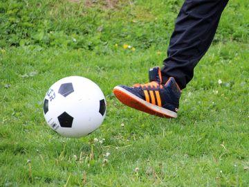 Un niño con un balón