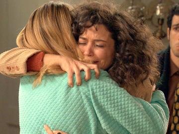 Emotivo reencuentro de Luisita y Amelia tras ser liberadas por la mano negra de Gabriel