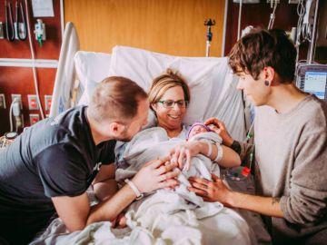 Cecile junto a su nieta, su hijo y el marido de éste