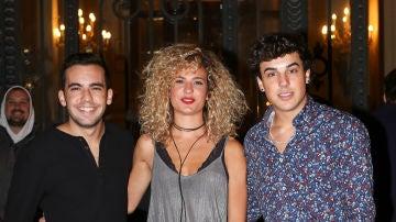 Óscar Casas junto a sus hermanos Sheila y Christian