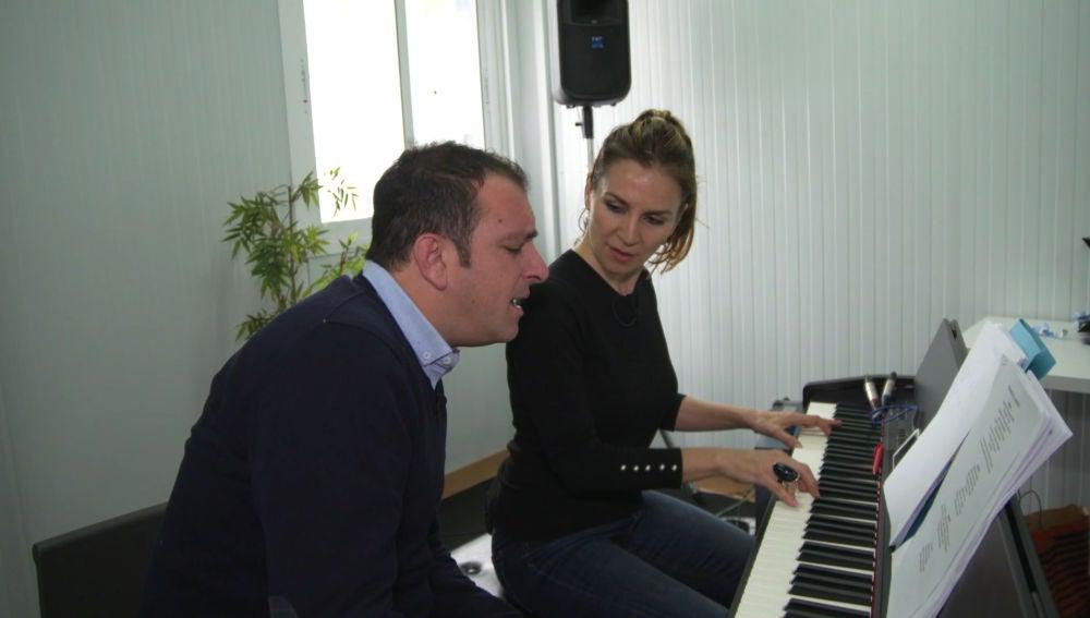 Así ensaya Javi Moya la canción que interpretará junto a Manuel Carrasco, 'Déjame ser', en la Final de 'La Voz'