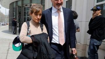Allison Mack a su salida del juzgado