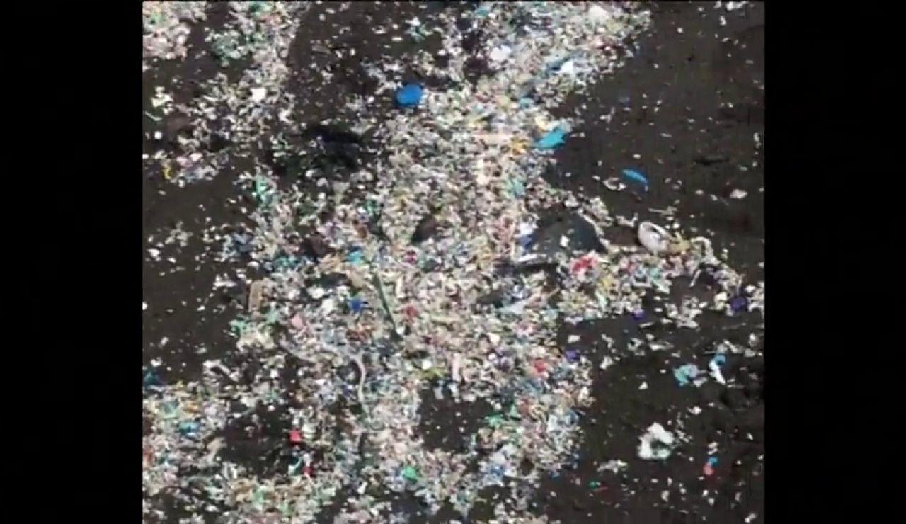 La Playa Grande de Tenerife amanece llena de plásticos cada día