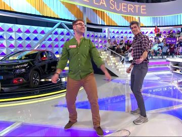 """Luisete enseña el original """"baile del hombro"""" a Jorge Fernández en 'La ruleta de la suerte'"""