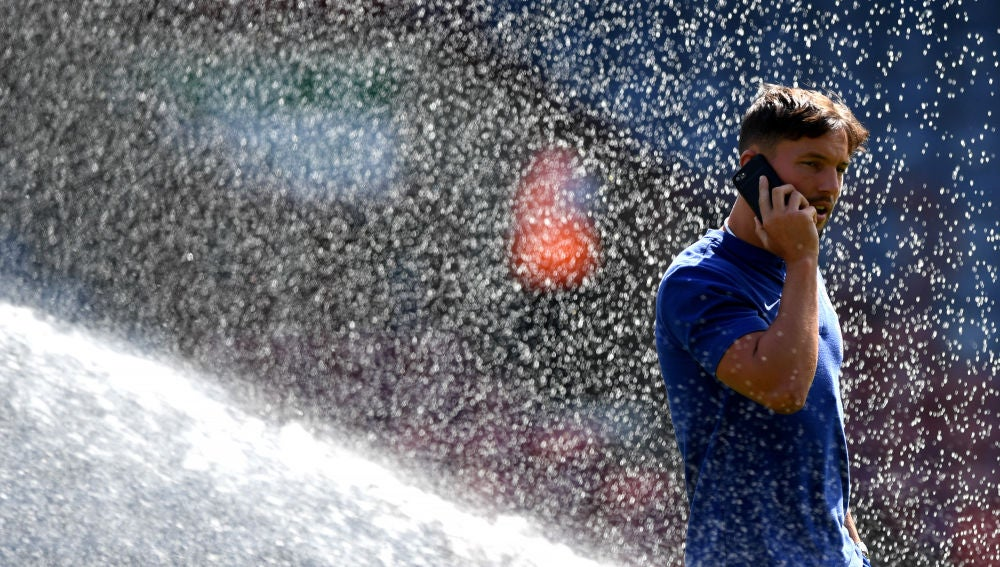 Drinkwater hablando por el móvil