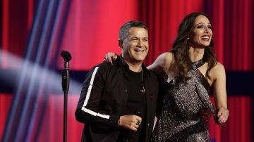 Eva González junto a Alejandro Sanz en la Final de 'La Voz'