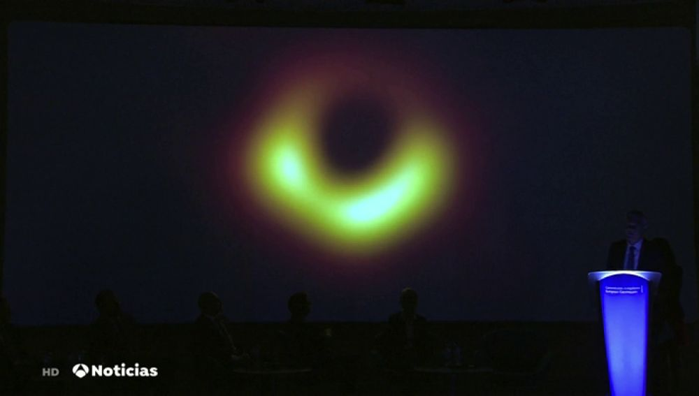 Científicos desvelan la primera fotografía de un agujero negro de la historia