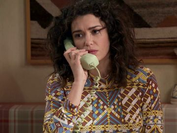 Amelia recibe una llamada que perjudica su viaje con Luisita