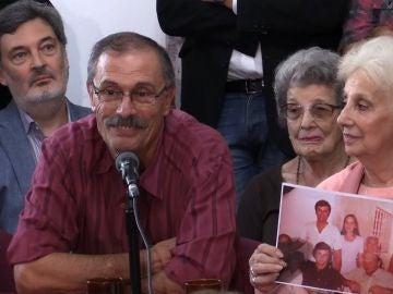 Carlos Alberto Solsona, padre de la nieta restituida participan en una conferencia de prensa este martes en Buenos Aires